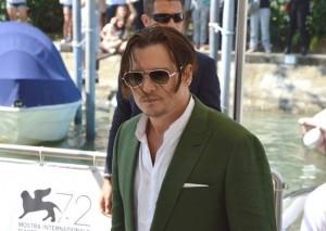 """Johnny Depp fuori forma e fuori moda, il web non si risparmia: """"It's na tragedia"""""""