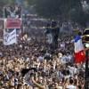 Tragedia a Parigi, scivola da una statua alla Techno Parade. Morto 21enne