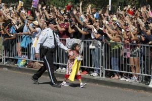 """Figlia di immigrati consegna una lettera al Papa: """"Il mio cuore è triste, la prego aiuti i miei genitori"""""""