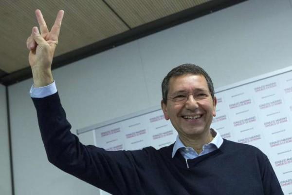 """Spese Marino, esposti Fdi e M5S. Il sindaco replica: """"Restituisco i 20mila euro a Roma"""""""