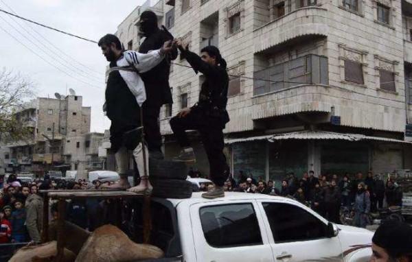 """Orrore Isis, uomo decapitato e crocifisso in pubblico. Era accusato di """"rubare musulmani"""""""