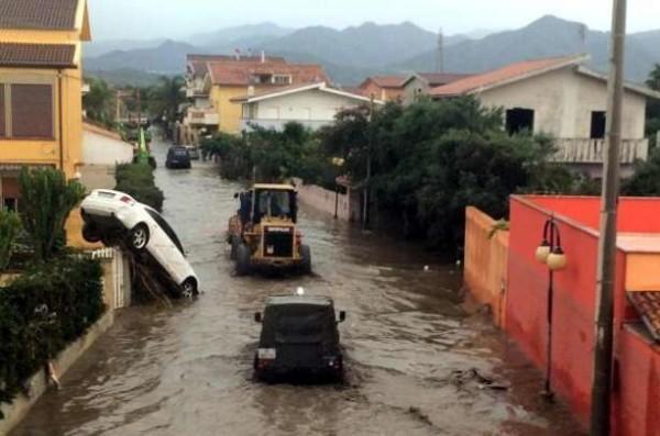 Maltempo, situazione drammatica in Sicilia: fiumi esondati, frane e auto travolte dal fango