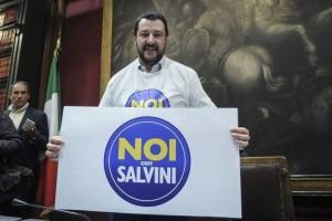 """Salvini contro Decaro su accoglienza migranti: """"Stufo di questo razzismo di sinistra"""""""