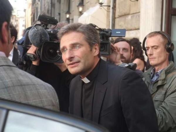 """Monsignor Charamsa: """"Conosciuto sacerdoti omosessuali, ma nessuna lobby gay in Vaticano"""""""