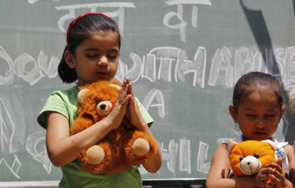 Orrore a New Delhi, bambini di 2 e 5 anni rapite e stuprate dal branco: sono gravi
