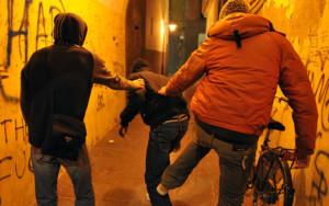 Roma, 15enne trova portafogli e tenta di restituirlo: pestato e rapinato dal branco