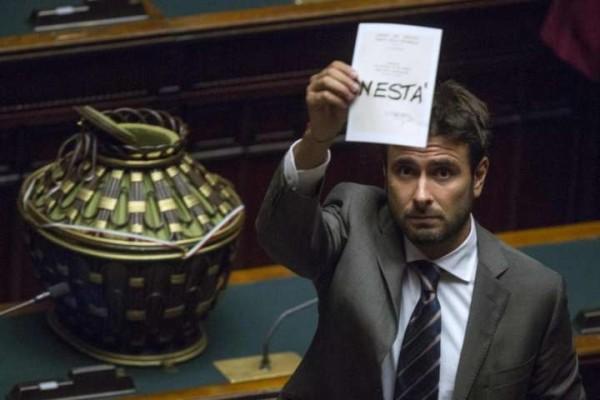 """Di Battista sul servizio 'scontrini di Renzi' non mandato in onda da Le Iene: """"Patto Pd-FI"""""""