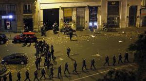 Attentati a Parigi, video shock del Bataclan: urla, spari, corpi a terra e gente appesa alle finestre