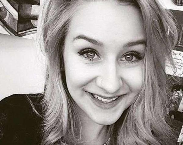 Inghilterra, ossessionata dai selfie e vittima di cyberbullismo: 18enne suicida