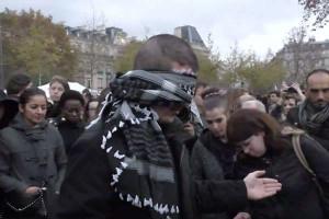 """Musulmano si benda a Parigi: """"Abbracciatemi"""". Ecco la reazione della gente"""