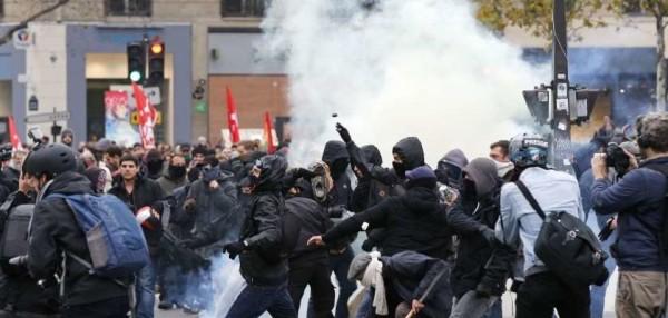 Parigi scontri e lacrimogeni polizia-manifestanti ln0011