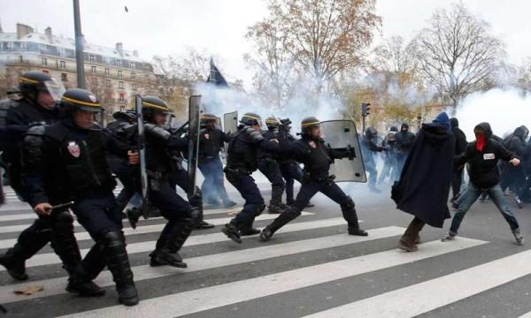 Parigi, vertice Onu sul clima: scontri e lacrimogeni polizia-manifestanti, 289 fermati