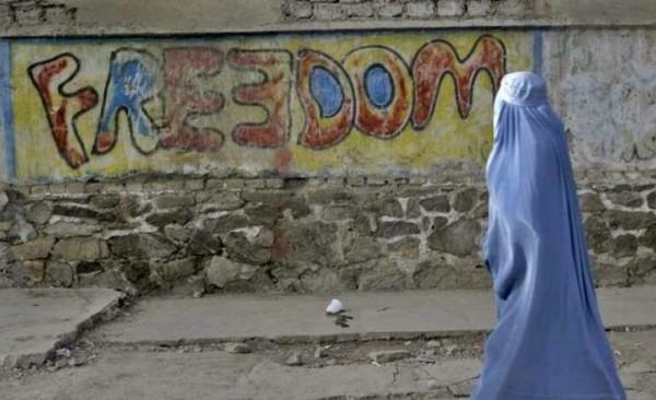 Afghanistan, 20enne fugge con l'amante: lapidata dai talebani. Video diffuso sui social