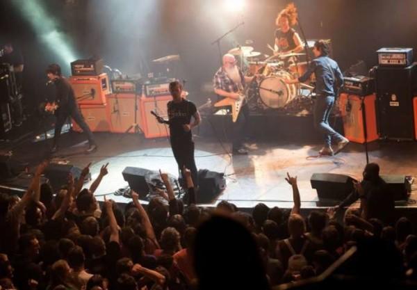 """Strage al Bataclan, l'orrore raccontato dagli Eagles of Death Metal: """"Fan uccisi nei nostri camerini"""""""