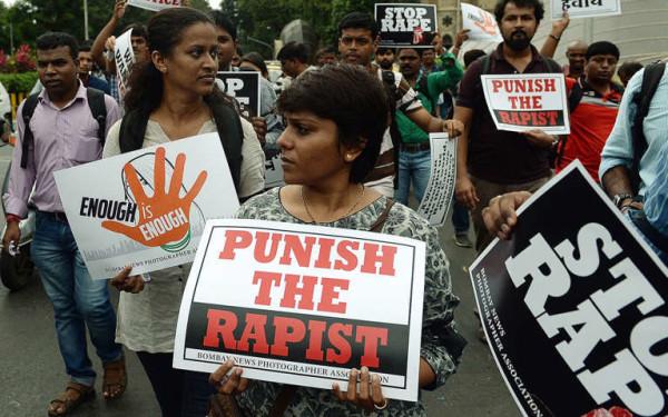 India, nel 2012 stuprarono ragazzina di 13 anni: condannati a morte 5 uomini