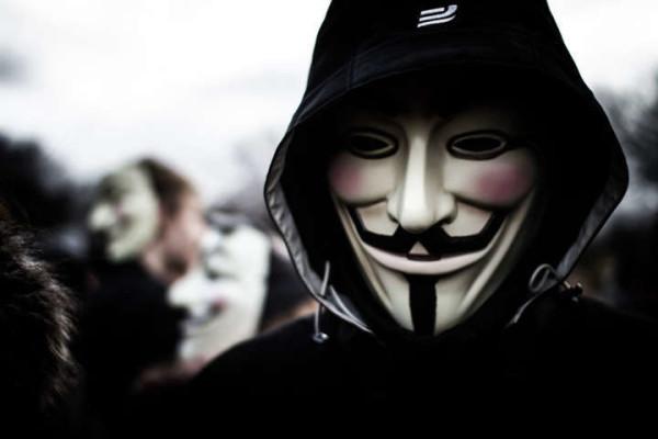 """Anonymous contro l'Isis: """"Sempre più vicini ai vostri padroni, non ci fermeremo"""""""