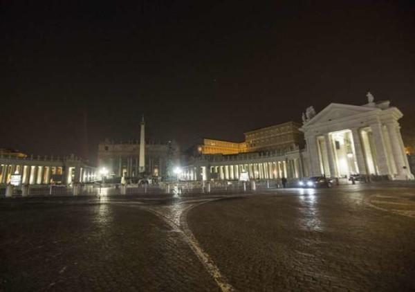 Roma, al buio la cupola di San Pietro: paura e allerta, ma sono prove tecniche per il Giubileo