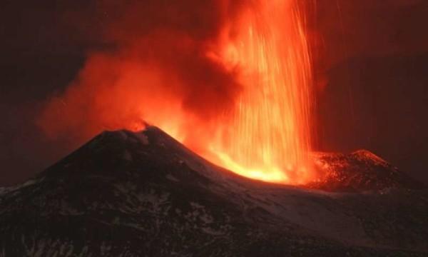 Etna, nuova eruzione: Sicilia e Calabria annerite dalle ceneri [foto|video]