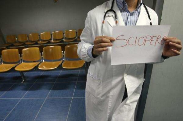 Sciopero 24 ore dei medici: ha aderito il 75% dei dottori, saltati 50mila interventi