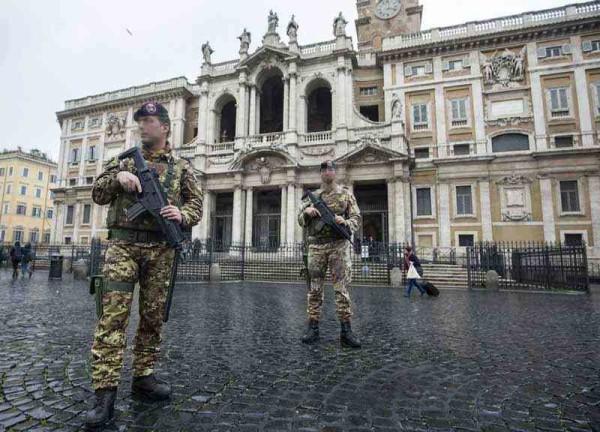 """Roma: due stranieri al grido di """"Allah è grande"""" aggrediscono una pattuglia di militari"""