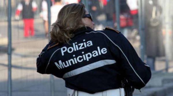 Roma, pistola incustodita e shopping in orario di lavoro: vigilessa incastrata dalle telecamere