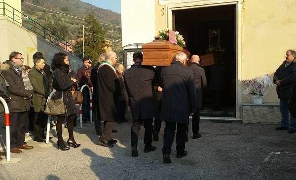 Savona, morti in un crollo: il parroco non benedice salma di donna marocchina. È polemica