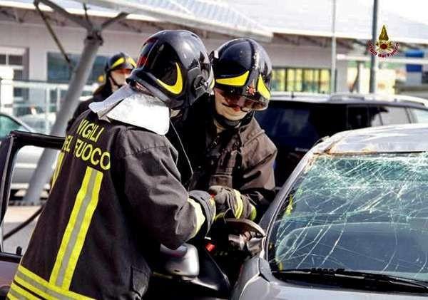 Ancona, follia sulla superstrada: litiga con la moglie, la fa scendere e si schianta contro tir