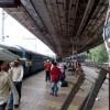 India, ansiosa di vedere il fratello malato scende dal treno in movimento: risucchiata dal mezzo