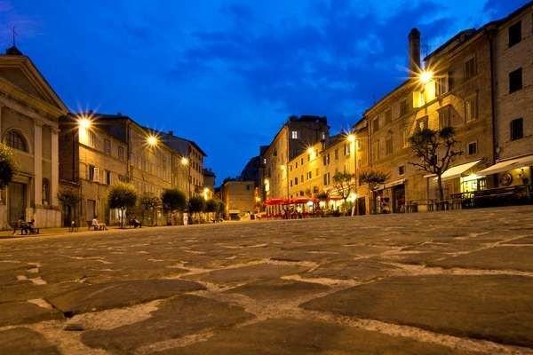 Macerata in shock: 33enne si impicca nella piazza della città