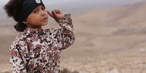 """Isis, piccolo jihadista di 4 anni fa esplodere auto con 4 prigionieri: """"Uccideremo gli infedeli"""""""