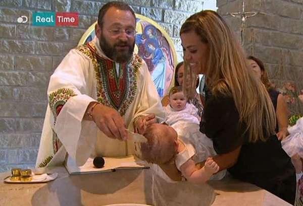 """Roma, parroco battezza tre gemelline di una coppia gay: """"La Chiesa non abbia paura"""""""
