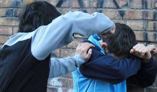 Bullismo: sedicenne picchiato e umiliato a scuola a Bologna, la famiglia denuncia