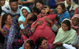 Pakistan, strage di Pasqua: kamikaze si fa esplodere al parco, 72 morti e 300 feriti