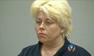 Usa, sorprende il marito a letto con una coppia e fa una strage: arrestata cantautrice 40enne