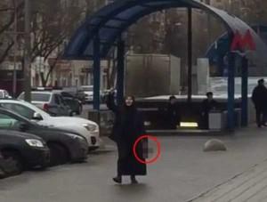 Mosca sotto shock: donna inneggia in strada ad Allah con in mano la testa di una bambina