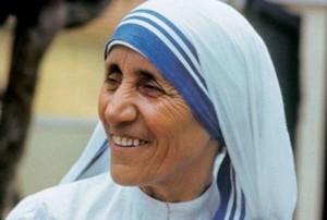 """Papa Francesco ufficializza la santificazione di Madre Teresa: """"Santa il 4 settembre"""""""