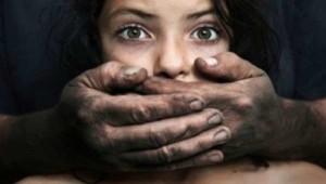 Orrore Usa, adesca la figlia online per ricattarla e stuprarla: adesso rischia 250 anni di carcere