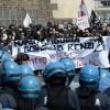 Corteo anti-Renzi a Napoli: scontri e tensioni tra polizia e manifestanti, 4 feriti