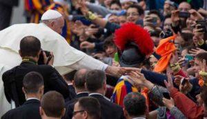 """Papa Francesco ai ragazzi: """"La felicità non è una app che si scarica sul telefonino"""""""