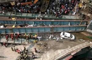 India: crolla un cavalcavia, circa 150 le persone coinvolte. Ancora incerto il bilancio dei morti