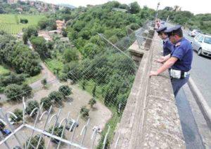 Roma, ragazza tenta il suicidio dal ponte di Ariccia: poliziotta riesce a salvarle la vita