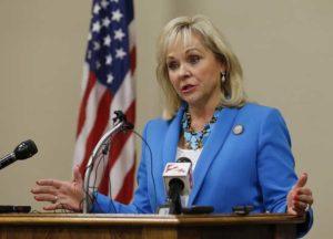 Oklahoma, legge shock sull'aborto: votato divieto ma governatrice ferma l'approvazione