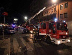 Milano, donna egiziana lancia le figlie dal terzo piano: salvate dai vigili del fuoco