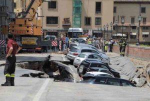 Firenze, voragine di 200 metri si è aperta sul Lungarno Torrigiani: auto sprofondate