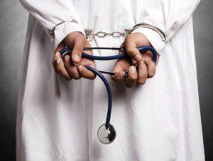 Ginecologo arrestato: abusava delle sue pazienti, tra di loro anche una minorenne