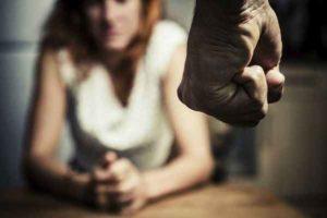 """Viterbo, picchia e minaccia la convivente incinta: """"Ho già ucciso, farai la stessa fine"""""""