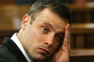 Oscar Pistorius in aula in equilibrio senza protesi, rischia 15 anni per l'omicidio di Reeva