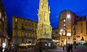 Napoli, gioco finisce in tragedia: 23enne precipita dall'obelisco e muore sul colpo