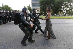 Usa, proteste afro: madre 28enne disarmata combatte la polizia a braccia incrociate