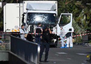 """Attentato Nizza, 4 italiani ancora tra i dispersi. Isis: """"Spegnete la Tour Eiffel"""""""